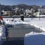 屋上積雪50cm、雪かきでドリブルスペース確保